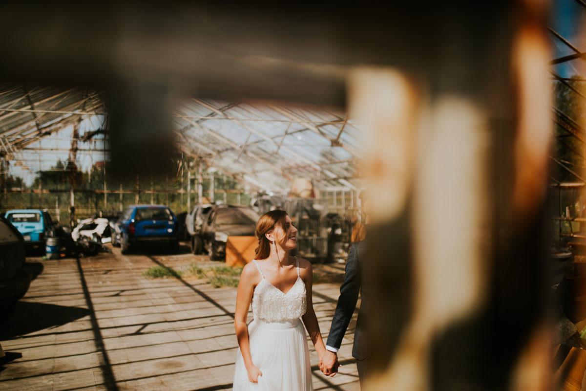 Sesja Ślubna w szklarni, Sesja Ślubna w opuszczonej szklarni, fotograf ślubny Warszawa, fotografia ślubna Warszawa, sesja ślubna w lato w plenerze w naturze